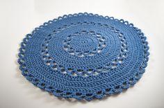 Sousplat em lã de poliéster importada.    Disponível nas cores azul , branco, vermelho e rosa.    Tamanho:  36 cm de diâmetro