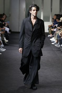 Yohji Yamamoto Spring 2019 Menswear collection, runway looks, beauty, models, and reviews.