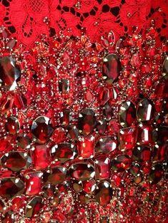 Détail d'une robe en dentelle rouge rebordée de cabochons en backstage du défilé @Jennifer Souza & Gabbana #MFW #DGLive pic.twitter.com/6Y2oGNJmAJ