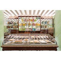 Hier wird Zuckerbäckerei als Kunsthandwerk betrieben. Petit Fours, Croissants und der berühmte Frühstückskuchen Amor Polenta werden in Kirschholzvitrinen präsentiert