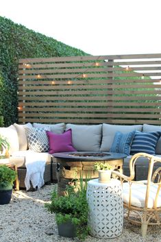 Modern Wood Slatted Outdoor Privacy Screen: Details On How To Build - DIY Outdoor Backyard Privacy Screen, Privacy Screen Outdoor, Privacy Screens, Patio Diy, Backyard Patio, Patio Decks, Patio Steps, Backyard Seating, Wood Patio