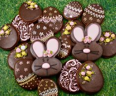 Easter eggs and bunnies, chocolate cookies by Rosemary Ann(Spring Cake Decorating) Easter Cupcakes, Easter Cookies, Easter Treats, Galletas Cookies, Iced Cookies, Sugar Cookies, Hoppy Easter, Easter Eggs, Easter Bunny