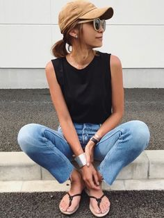 ベージュのキャップってどーしてこんなに可愛いんだろ… Instagram kayo.91 Japanese Fashion Street Casual, Normcore, Cute Korean Girl, Summer Looks, Fashion Pants, Simple Style, Chic Outfits, Lady, Mom Jeans