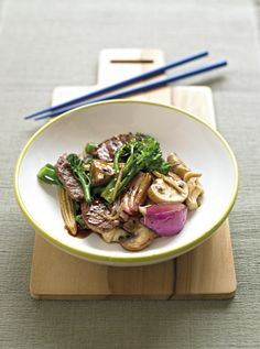 Beef and oyster sauce stir-fry - Michelle Bridges. A very robust, flavourful stirfry. I made it last night and will definitely make it again! Wine Recipes, Asian Recipes, Beef Recipes, Cooking Recipes, Healthy Recipes, Healthy Meals, Soup Recipes, Recipies, Healthy Cooking