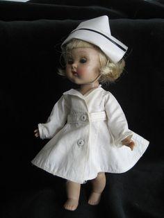 Poppen zijn er ook te kust en te keur in verpleegstersuniform. Hoef je heden ten dage niet meer te doen.