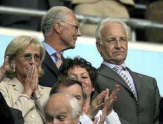 CSU-Chef Edmund Stoiber, seine Frau Karin (l.) und Franz Beckenbauer beim Eröffnungsspiel der WM 2006. Foto: dpa.