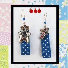 """Boucles d'oreilles """"C'est un Garçon"""" Ruban bleu et breloques argentées biberon/pyjama (n°296) : Boucles d'oreille par les-arroumigues"""