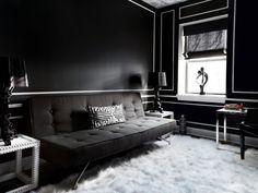 Wohnzimmer in Schwarz mit weißem flauschigen Teppich