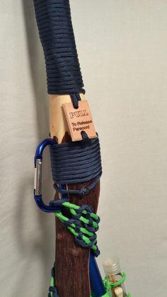Ce bâton de randonnée unique allie lancien et le nouveau. La hauteur réglable léger randonnée pole est équipée dune poignée de bâton de bois dur qui est enveloppée avec plus de 20 de paracord accessibles rapidement en tirant sur la patte de cuir. Une supplémentaire 5 - 7 de paracord sécurise un mousqueton pour pendaison gear sur votre survie randonnée bâton 2.0 ou accrocher le bâton de randonnée elle-même sur un pack ou dailleurs. Un pied en caoutchouc amovible couvre une pointe carbure…