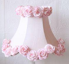 La  decoración Shabby Chic es de origen británico y destaca por utilizar telas con estampados florales y motivos primaverales, así como una paleta de colores en tonos pastel entre los que destacan el rosa y el blanco.