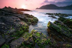 Pemandangan yang indah ketika sang surya mulai turun di Pantai Wediombo. Batuan andesit yang ditumbuhi lumut dan rumput laut menjadi asesoris yang asik untuk dinikmati. (Benedictus Oktaviantoro/Maioloo.com)