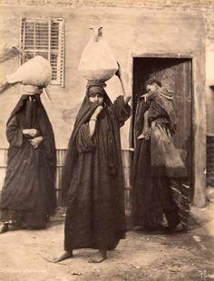 Pascal Sébah  Egypte. Environ de Port Said.Femme fellahines portant de l'eau. tirage albuminé d'époque. Circa 1880.