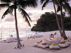 Nos ha encantado la decoración de esta fiesta en la playa, entre palmeras. ¿Será…