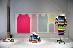 """L'abito """"disco volante"""" dello stilista giapponese Issey Miyake realizzato in poliestere per la collezione primavera-estate 1994 alla mostra Manus x Machina al MET di New York nelle sue varie forme, il 2 maggio 2016."""