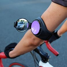 Interesante pero lo usaría más abajo del codo, definitivamente.///Hey, bikers! Check out this awesome rearview mirror you can wear on your arm.