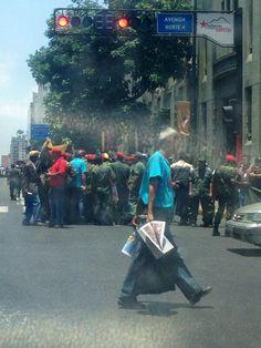 """#5M Militares del golpe 4F cierran vias, """"exigen JUSTICIA"""" #caracas  - #5MPuebloARRECHOTomaLaCalle @LucioQuincioC pic.twitter.com/s80IIH6XKZ"""