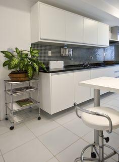Materiais acolhedores e tons suaves compõem uma casa feita para durar para sempre. Veja: http://casadevalentina.com.br/blog/detalhes/detalhes-que-fazem-a-diferenca-2855  #decor #decoracao #interior #design #casa #home #house #idea #ideia #detalhes #details #cozy #aconchego #neutral #neutro #casadevalentina #plants #plantas #kitchen #cozinha