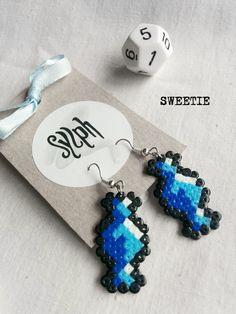 Sfumature di orecchini in pixelart tesoro blu 8 bit con un atmosfera retrò fatto di Hama Mini Perler perline, perfetto per i fan di candy!