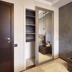 Скрытый шкаф для одежды в небольшой спальне. #скользящаядверь #дом #дизайн #интерьер #двери #зеркальнаядверь #interior #door #design #спальня #bedroomdesign