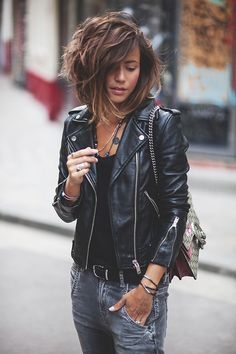 Distressed jeans, black t-shirt, black leather jacket Mode Style, Style Me, Girl Style, Medium Hair Styles, Curly Hair Styles, Look 2017, Outfit Des Tages, Looks Black, Great Hair