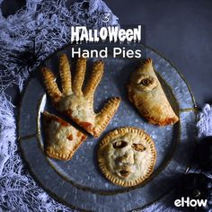 Featuring a severed hand meat pie, a creepy eye calzone, and shrunken head apple pies, you'll have an assortment of savory and sweet snacks to please a (costumed) crowd. Halloween Snacks, Buffet Halloween, Comida De Halloween Ideas, Hallowen Food, Halloween Dinner, Halloween Celebration, Halloween Party Decor, Easy Halloween, Halloween 2020