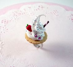 A cute, kawaii ring/brooch :) . Free tutorial with pictures on how to make a clay ring in under 30 minutes by jewelrymaking and molding with polymer clay and ring. How To posted by Asgards_Princess. Cream Rings, Biscuits, Doll Food, Pasta Flexible, Cookies And Cream, Clay Tutorials, Polymer Clay, Strawberry, Sweets