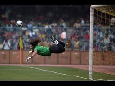 18aea3233b7 Il portiere che para, dribbla tutti e fa goal! Il mito di René Higuita .  Non Ho Sonno