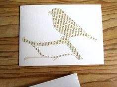 Der Vogel ist einem Buch der 1920er Jahre entflogen. Die Klappkarte besteht aus dickem Papier, 220 gr/qm und wird mit einem weißen Briefumschlag versandt. Jede Karte ist ein Unikat, somit kommt es zu Schriftabweichung gegenüber den auf den Fotos gezeigten Schriften. —————— Größe/Maße Klappkarte DIN A6 Querformat Größe ~ 14,5 cm x 10,5 cm Verwendete […]