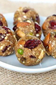 Trail Mix Quinoa Energy Bites - Healthy, hearty energy bites that are packed with quinoa, oats and a variety of nuts with peanut butter and honey holding it all together…RECIPE Healthy Sweets, Healthy Snacks, Healthy Eating, Healthy Recipes, Healthy Bars, Healthy Dishes, Yummy Snacks, Snack Recipes, Cooking Recipes
