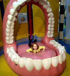 Brincando na boca - http://www.dicasodonto.com.br/2012/09/27/top-five-imagens-odontologicas-da-semana-2/