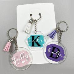 Keychain Design, Diy Keychain, Keychain Ideas, Diy Resin Art, Diy Resin Crafts, How To Make Keychains, Acrylic Keychains, Cricut Craft Room, Cricut Tutorials