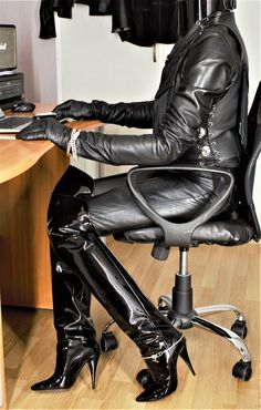 Relaxing in leather. Tight High Boots, Thigh High Boots Heels, Over The Knee Boots, High Leather Boots, Black Leather Gloves, Leather Jumpsuit, Leather Dresses, Sexy Boots, Saint Laurent