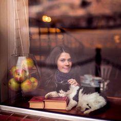 Biz tanımadığı insana gülümsemenin Kedi sevmenin Renkli kalemlerin Mutlu ettiği insanlarız; Bizden zarar gelmez..  Pisica Femeie
