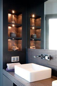 kleines-bad-wandnischen-regale-halogenleuchten - Rebel Without Applause Diy Bathroom, House, Bathroom Interior Design, Home, Trendy Bathroom, Master Bathroom Design, Bathroom Makeover, Modern Bathroom, Tile Bathroom