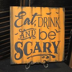 """Plaque bois """"Eat, drink and be scary"""" - Halloween Halloween Quotes, Halloween Signs, Halloween House, Holidays Halloween, Halloween Outfits, Scary Halloween, Happy Halloween, Halloween Party, Spooky Scary"""