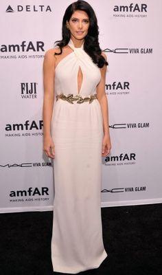 Na festa que antecipou a NYFW, Ashley Greene se tornou uma diva grega com vestido branco decotado e cinto dourado em formato de folhas de louro!   Ashley Greene - Look do dia - Fevereiro de 2013 - CAPRICHO