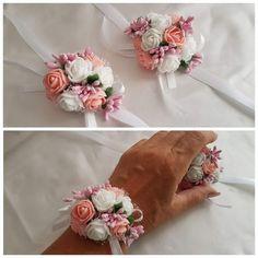 Blumenarmband aus künstlichen Blumen auf Satinband. Farbe weiß/rosa Für das Blumenmädchen oder die Brautjungfer Auch in rot/weiß oder Weiß/lila creme/weiß weiß/apricot lieferbar. Bitte...