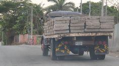 Transporte de ladrillos sin ninguna medida de seguridad