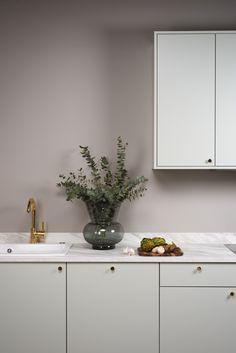 Svalbard - Strai kjøkken Classic Bathroom, Modern Bathroom, Bathroom Vanity Decor, Geometric Decor, Bathroom Design Small, Beautiful Bathrooms, Cozy House, Minimalist Design, Kitchens