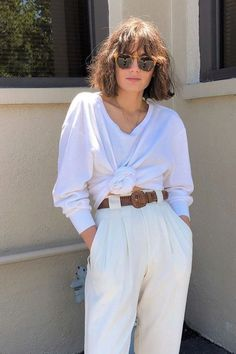 How To Wear White High Waisted Pleated Pants This Summer Our new fashion obsession Look Fashion, New Fashion, Autumn Fashion, Fashion Outfits, Womens Fashion, Fashion Trends, High Fashion, Fashion Tips, Summer Hairstyles