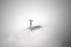 Rio de Janeiro, Brasile - Il monumento del Cristo Redentore a Rio de Janeiro avvolto dalle nuvole.