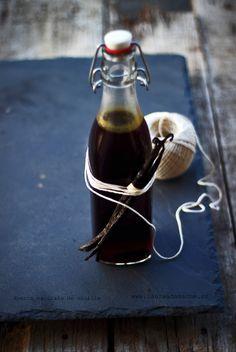 Cum se face acasa esenta naturala de vanilie. Extract de pastai de vanilie Bourbon din Madagascar cu votca. Reteta esenta naturala de vanilie. Deserts, Food And Drink, Kitchen Appliances, Bourbon, Homemade, Eat, Cooking, Madagascar, Canning