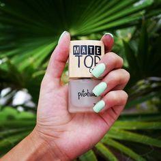 Las uñas sin brillo seguirán causando sensación durante todo el año, prepárate para lucir uñas que llamen la atención desde el primer momento. Té Verde + Mate Top Coat  #pitahia #pitahianails #mate #notd