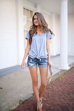 LOVE this effortlessly csual look - although I'd go with flat sandals. {Southern Curls & Pearls: Knotted Tee for Less than $50}