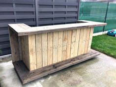 This is a medium sized pallet bar which can be placed at your lawn or deck. Make the shelf and the base with polished used wooden pallets.