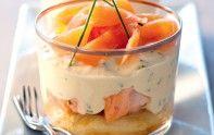 Voici une entrée chic et élégante de tiramisu aux deux saumons et à la ciboulette. Cette recette se prépare 24 h à l'avance.