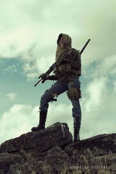 very cool for style for a zombie Apocalypse Cyberpunk, Cosplay, Fortes Fortuna Adiuvat, Apocalypse Fashion, Zombie Apocalypse Outfit, Dystopian Fashion, Post Apocalyptic Fashion, Into The Fire, Apocalypse Survival