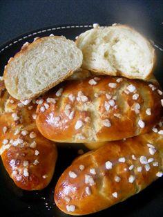 Vous rêvez d'avoir de bons petits pains au lait bien moelleux pour votre petit déjeuner ? Voilà la recette qu'il vous faut ;) Ces petits pa...