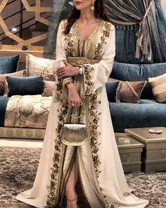 Caftan in style Morrocan Dress, Moroccan Caftan, Arab Fashion, Muslim Fashion, Arabic Dress, Fashion Corner, Caftan Dress, Oriental Fashion, Traditional Dresses
