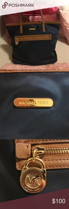 🌸OFFERS?🌸 Michael Kors Tote Beautiful like new Michael Kors tote bag! Perfect for travel, work, school, or as your everyday! Carries plenty of necessities and offers multiple sources of storage for long days of travel or of school/work! Offers welcome!! 😊 Michael Kors Bags Totes